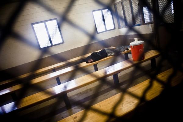 3. Un indocumentado espera en una celda ser deportado.