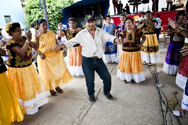 10. Buscando la felicidad tras el infortunio: Maldonado celebrando su regreso en la fiesta del pueblo.