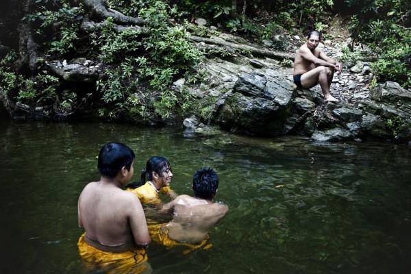 """11. A Maldonado le gusta ir con sus hijos a nadar. """"Es como un tío divertido"""" dice su hijo."""