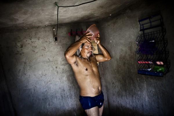13. Cubeta y recipiente en lugar de regadera. Leoncio y su familia utilizan el agua de la lluvia para bañarse.