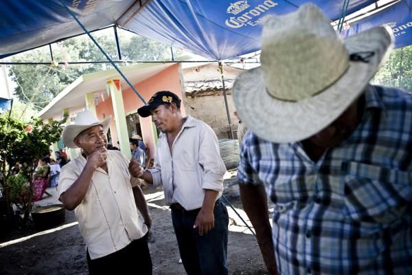 17. Leoncio hablando con un amigo e intentando venderle DVD's quemados, traídos de EEUU.