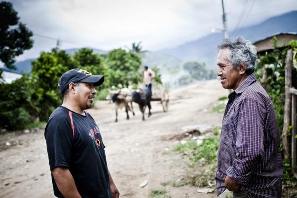 19. Maldonado conversando con su vecino. Los vecinos lo tratan como si nunca se hubiera ido del pueblo.