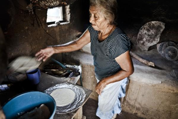 22. La madre de Maldonado hace tortillas para vender en el pueblo. La familia se mantiene con ocho dólares al día.