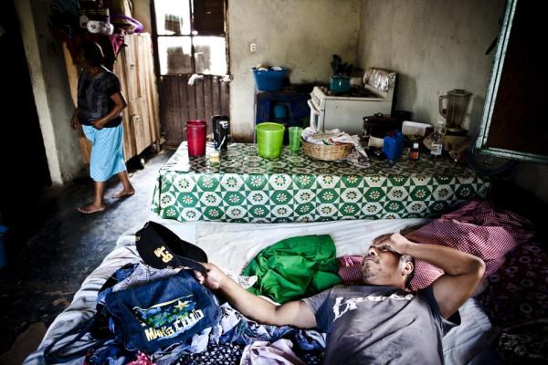 23. Dormitorio y cocina en uno. Leoncio se toma una pausa después de haber trabajado duro en la milpa.